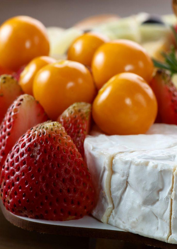 Fotografía de frutas en tabla de quesos Colombia